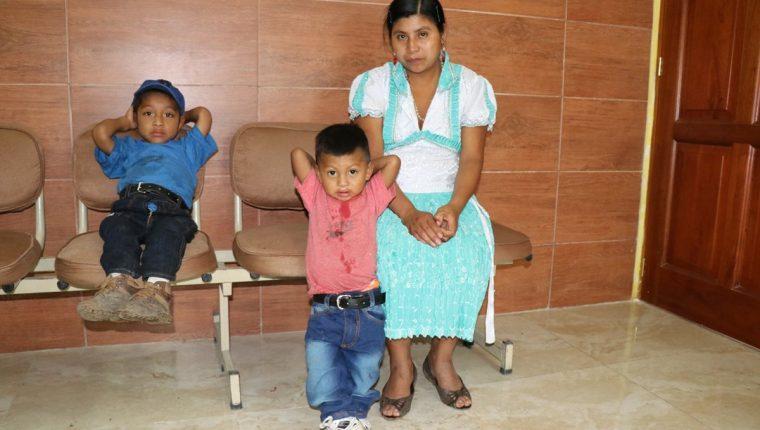 Josué Alexánder Ramírez Ramírez, junto a su hermano menor y su madre, en la clínica del especialista en Chiquimula. (Foto Prensa Libre: Mario Morales)