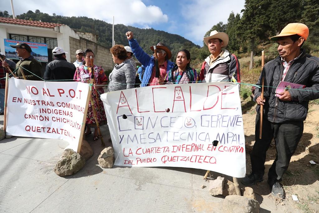 Representantes de las 24 comunidades rurales de Quetzaltenango manifestaron que permanecerán sobre la vía hasta que el Concejo suspenda el Plan de Ordenamiento Territorial. (Foto Prensa Libre: M. Toc)