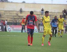 Los jugadores de Malacateco no ocultaron su tristeza luego de caer en el Marquesa de la Ensenada. (Foto Prensa Libre: Aroldo Marroquín)