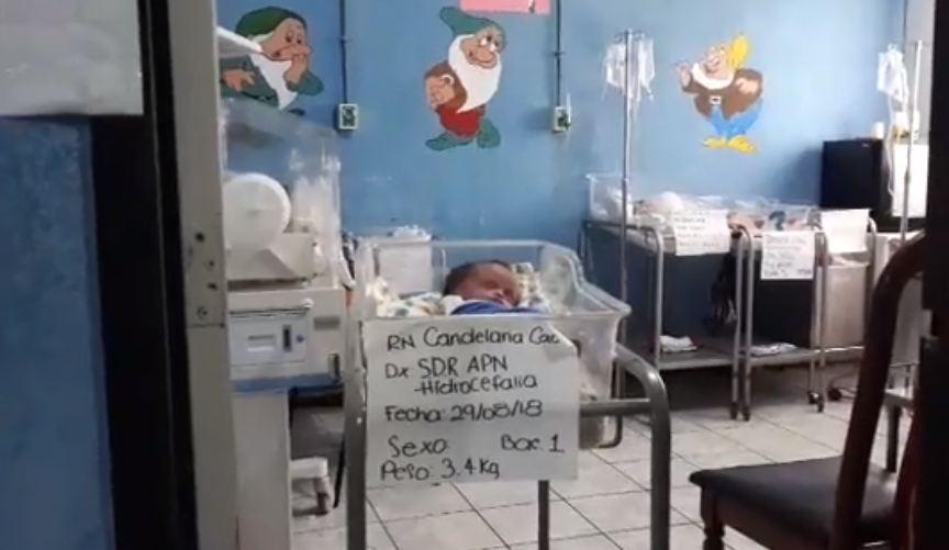 Bebé de 15 días de nacido fue abandonado por sus padres en el hospital de Sayaxché, Petén. (Foto Prensa Libre: Eduardo Sam)