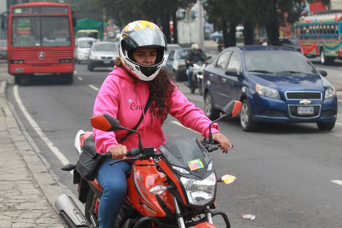 Cada vez más mujeres conducen motocicleta en la ciudad. (Foto Prensa Libre: Estuardo Paredes)