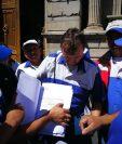 Dos grupos que dijeron ser el sindicato del Transurbano se encontraron en el Congreso y uno dijo no reconocer al otro. (Foto Prensa Libre: Estuardo Paredes)
