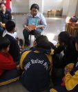 Menores con capacidades diferentes reciben taller de lectura en la Escuela de Educación Especial que funciona en el Hogar Rafael Ayau. (Foto Prensa Libre: Paulo Raquec).