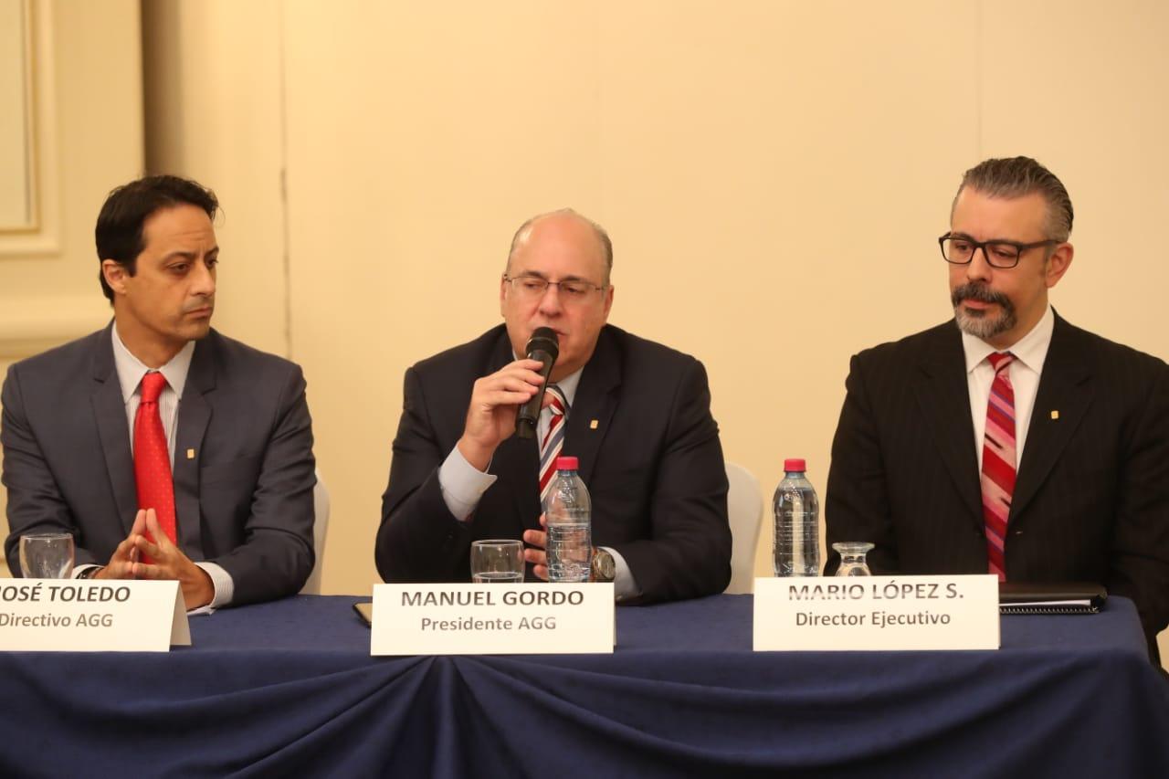 José Toledo, Manuel Gordo y Mario López Salguero integrantes de la junta directiva de la Asociación de Gerentes de Guatemala dan a conocer detalles de los foros que organizarán. (Foto Prensa Libre: Esbin García)