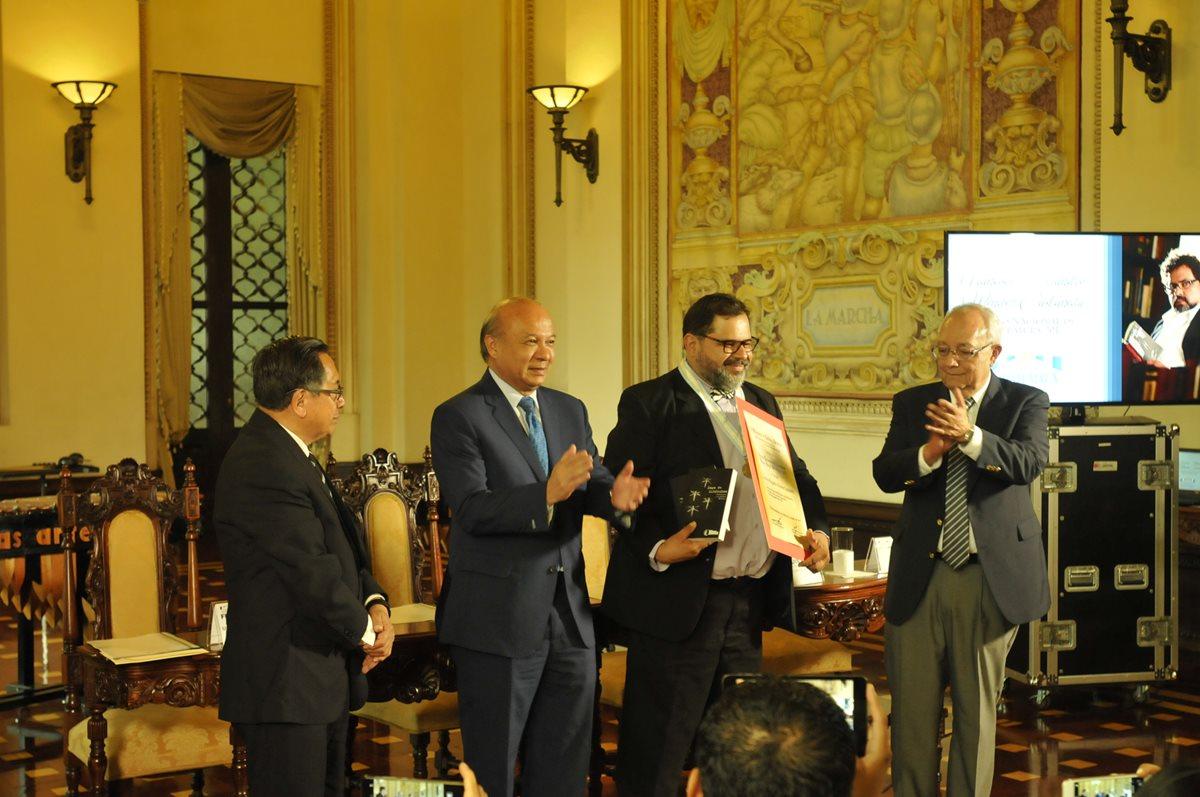 Escritor Francisco Méndez recibe el Premio Nacional de Literatura