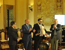 Francisco Méndez recibe el Premio Nacional de Literatura, en una ceremonia celebrada en el Palacio Nacional de la Cultura. (Foto: Brenda Martínez)