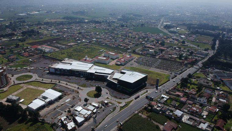 En la zona 3 de La Esperanza, Quetzaltenango, se edifica Interplaza Xela, el cuarto centro comercial del departamento. (Foto Prensa Libre: Mynor Toc)