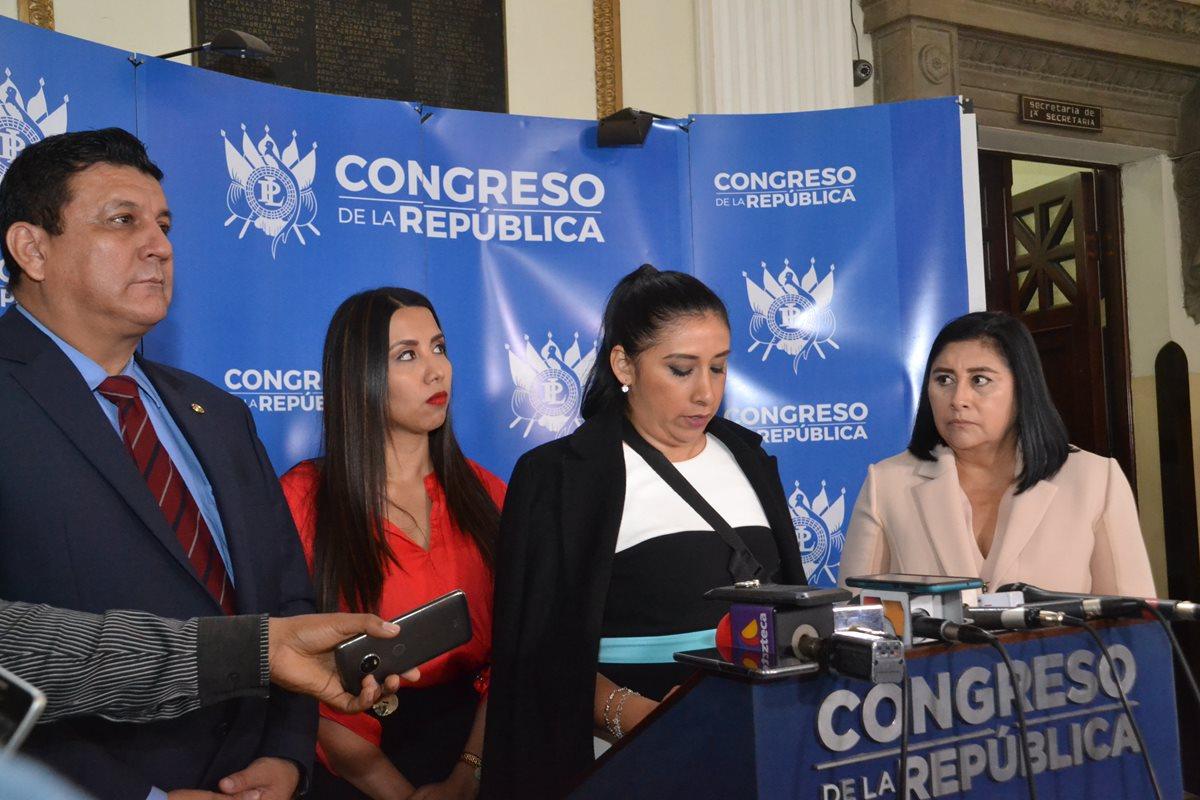 Estuardo Galdámez, Karla Martínez, Eva Monte y Delia Bac, cuatro de los cinco legisladores que buscan castigar a quienes critique a políticos y funcionarios. (Foto Prensa Libre: Hemeroteca PL)