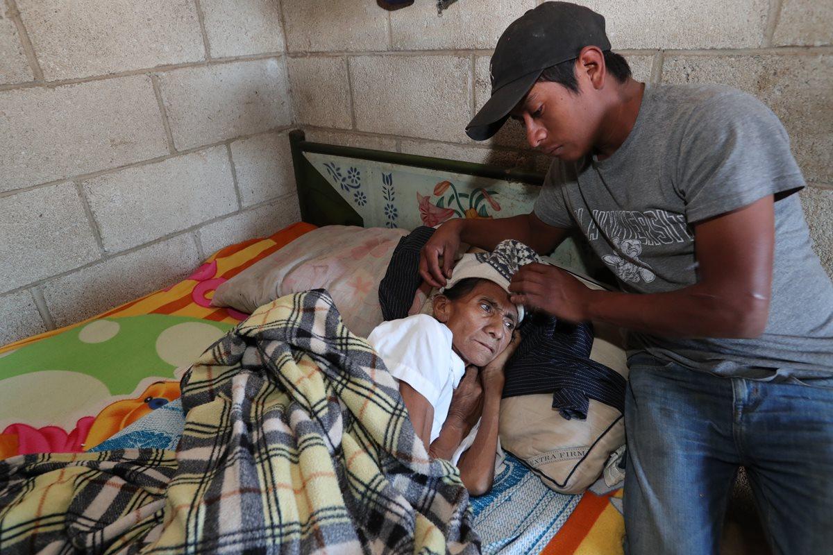 Arcadia Ibáñez en compañía de su hijo Lusbin Álvarez, quien tenía a cargo el cuidado de varios animales de un circo. (Foto Prensa Libre: Estuardo Paredes).