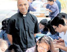 El padre Carlos Alberto Rojas es el encargado del Centro Vocacional San José, donde los jóvenes encuentran abrigo. (Foto Prensa Libre: Álvaro Interiano)