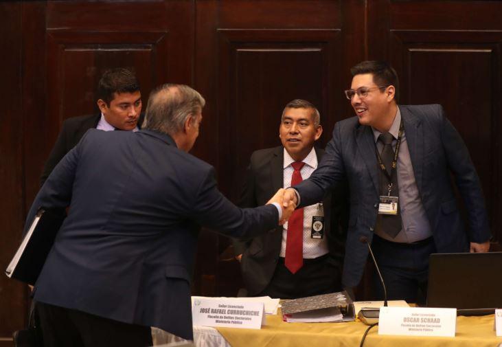 Óscar Schaad -d-, fiscal contra Delitos Electorales, durante la citación en la comisión pesquisidora para Jimmy Morales. (Foto Prensa Libre: Hemeroteca PL)