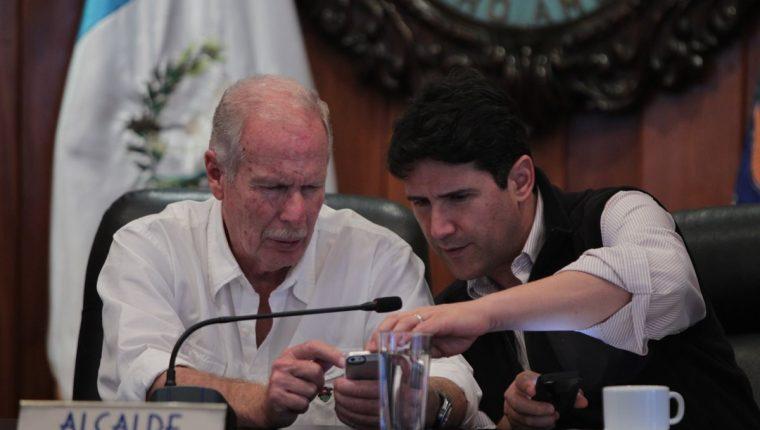 Álvaro Arzú (izquierda) conversa con Ricardo Quiñónez durante una reciente reunión del Concejo Municipal. (Foto Prensa Libre: Paulo Raquec)