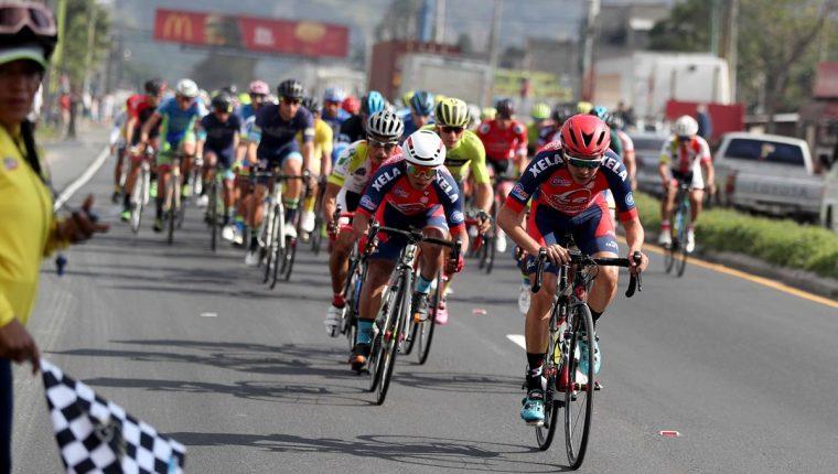 El pelotón recorre hoy las principales carreteras de la Costa Sur del país, hasta llegar a Suchitepéquez. (Foto Prensa Libre: Carlos Vicente)