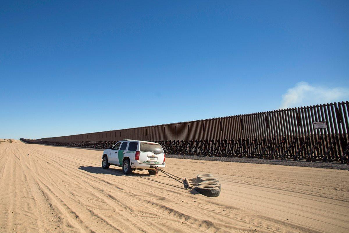 Un vehículo de la Patrulla Fronteriza prepara el suelo para rastrear cualquier huella cerca de Calexico, California. Trump quiere edificar un muro en la frontera con México. (Foto Prensa Libre: AFP)