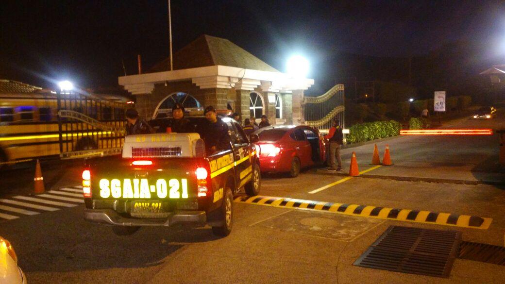 Agentes de la Policía Nacional Civil (PNC) rodean viviendas allanadas en Palín, Escuintla, y Amatitlán. (Foto Prensa Libre: MP)