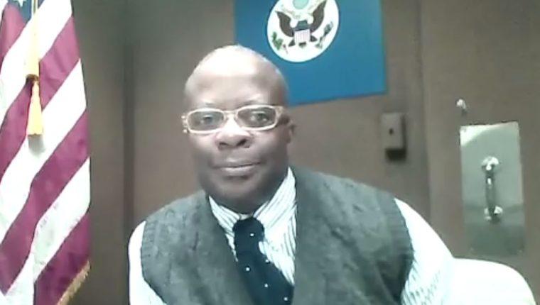 El embajador Todd Robinson responde preguntas durante una transmisión en vivo en Facebook. (Foto Prensa Libre: Facebook)
