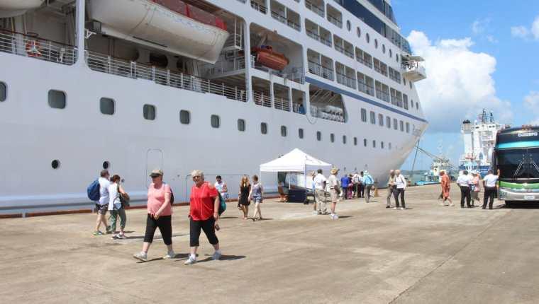 Turistas llegan en el crucero Regatta, el cual arribo este jueves en Izabal, y queda inaugurada la temporada de cruceros. (Foto Prensa Libre: Dony Stewart)
