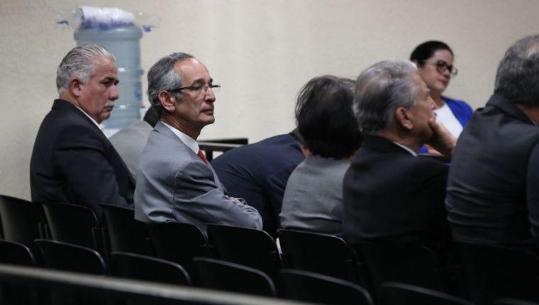 Salvador Gándara, Álvaro Colom y varios ex funcionarios del pasado gobierno de la UNE durante la audiencia de primera declaración en caso Transurbano. (Foto Prensa Libre: Paulo Raquec)