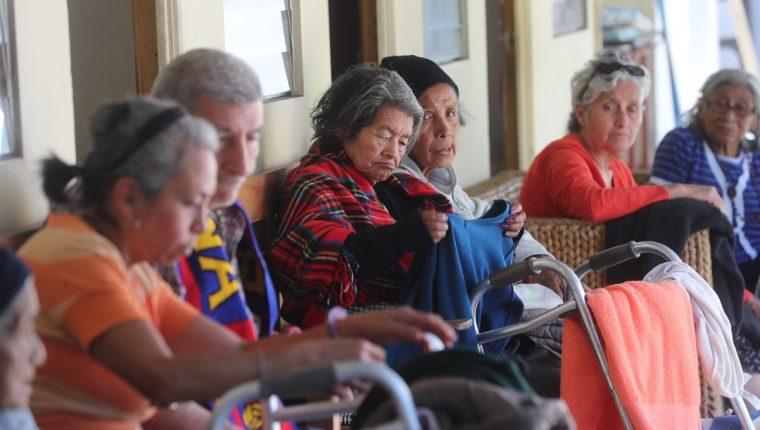 Ancianos del Asilo San José observan parte de la ropa que le fue donada por guatemaltecos. (Foto Prensa Libre: Érick Ávila).