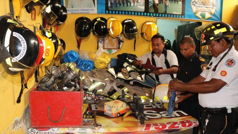 Santiago J. Ginberich (centro), en la entrega de equipo a la estación de Bomberos Voluntarios de San Benito, Petén. (Foto Prensa Libre: Rigoberto Escobar)