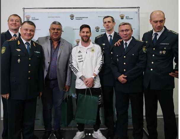 Lionel Messi posa con la tripulación del vuelo que llevo a Argentina a Rusia 2018. (Foto Prensa Libre: Instagram Selección de Argentina)