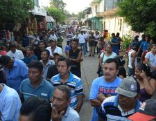 Grupo de pobladores que exige que terrenos sean desocupados. (Foto Prensa Libre: Jorge Tizol).