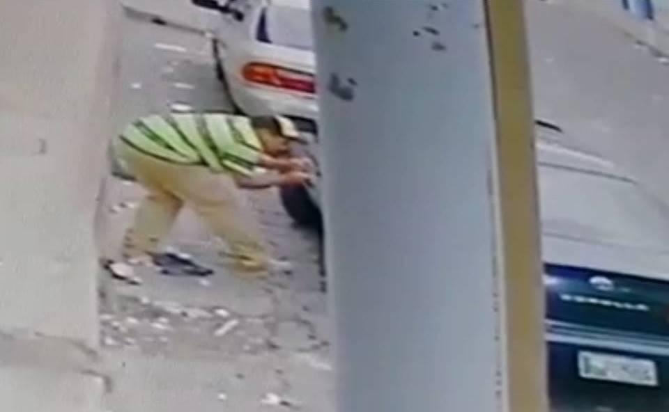 Cámara de seguridad graba robo en vehículo
