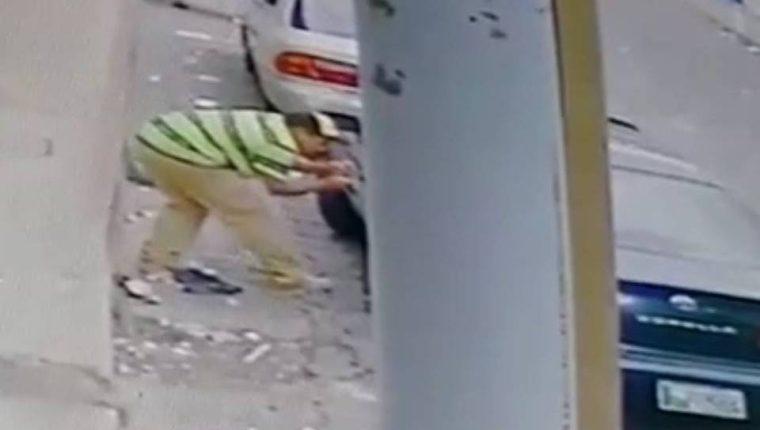 Robo en un vehículo quedó registrado por cámaras de vigilancia en Esquipulas, Chiquimula. (Foto Prensa Libre: Cortesía)