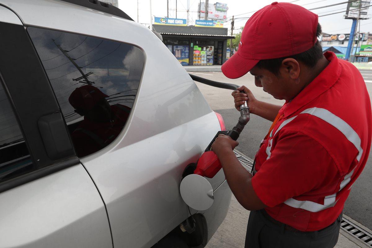 Precios en gasolinas se mantienen altos por acuerdo entre empresas, según MEM