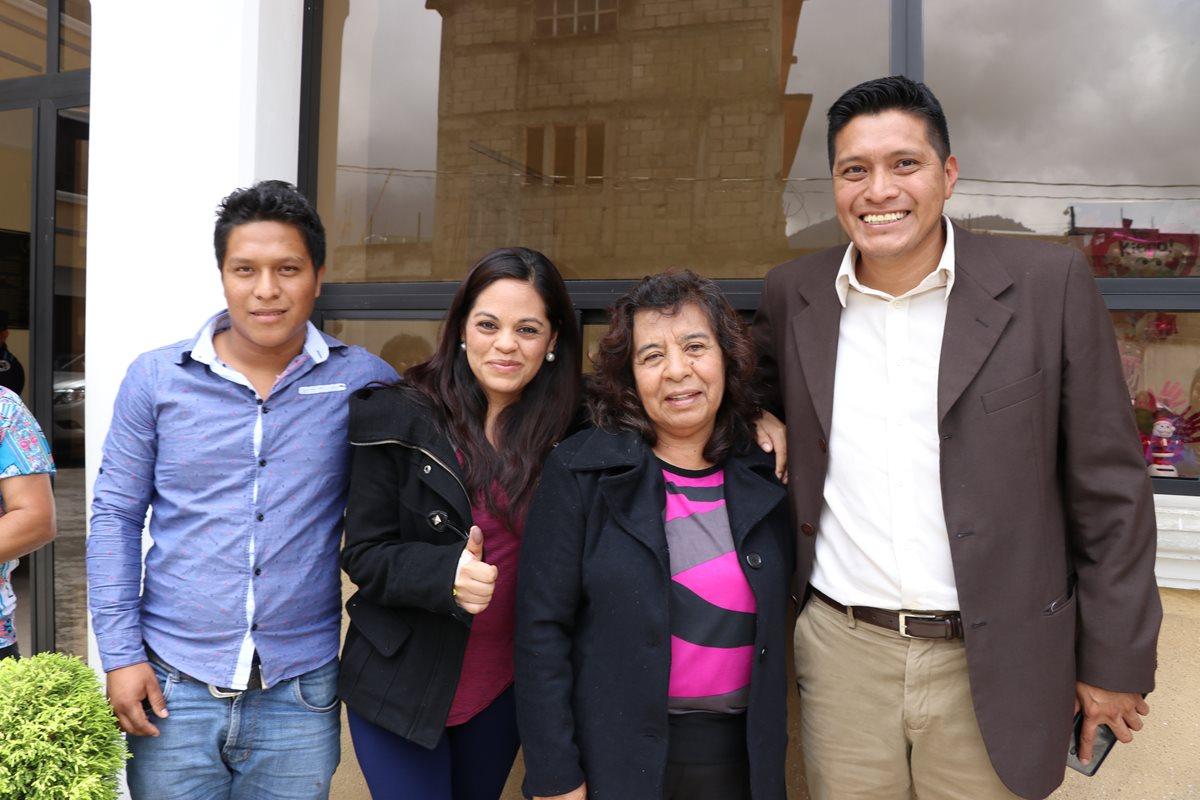 De izquierda a derecha, Kevin Alexander Santizo Saravia, Liliana Eunice Ávila Robledo, Odilia Marleny Robledo Mérida, y Nehemías Santizo. Todos fueron detenidos ayer y puestos en libertad este jueves. (Foto Prensa Libre: Whitmer Barrera)