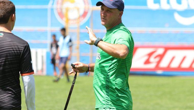 El técnico Ramiro Cepeda confía que su equipo mejore en la segunda vuelta del torneo donde Xelajú tendrá más juegos en el estadio Mario Camposeco. (Foto Prensa Libre: Raúl Juárez)