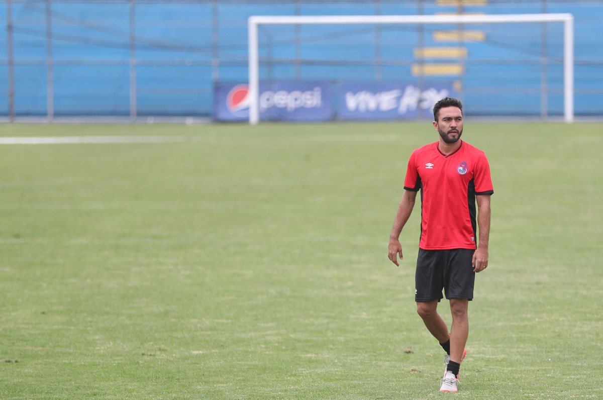 El delantero Carlos Kamiani Félix será operado este sábado y estará fuera durante cuatro semanas. (Foto Prensa Libre: Jorge Ovalle)