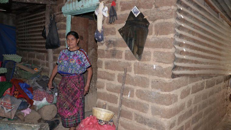 Emeteria Catú, vecina afectada, muestra la vivienda donde uno de sus hijos tiene que vivir con su familia. (Foto Prensa Libre).