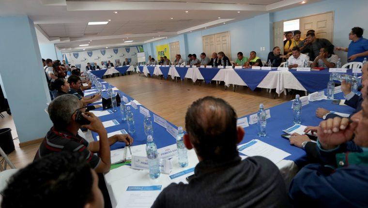 La Asamblea del Futbol tendrá que reunirse otra vez para avalar los estatutos tal como los solicita la Fifa. (Foto Prensa Libre: Carlos Vicente)