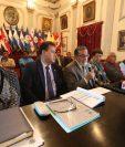 El alcalde de Quetzaltenango, Luis Grijalva, –con traje gris– habla sobre la nivelación de los precios de la energía eléctrica, le acompañan concejales y autoridades de la empresa eléctrica. (Foto Prensa Libre: Mynor Toc)