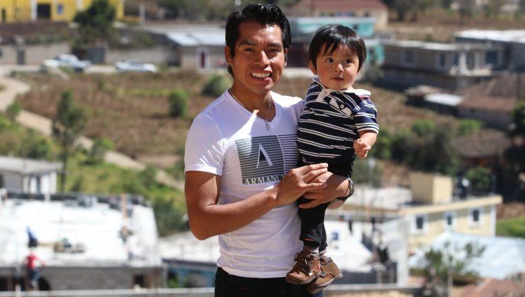 Alfredo Ajpacajá posa junto a su hijo Alfredo Yahel. (Foto Prensa Libre: Raúl Juárez)