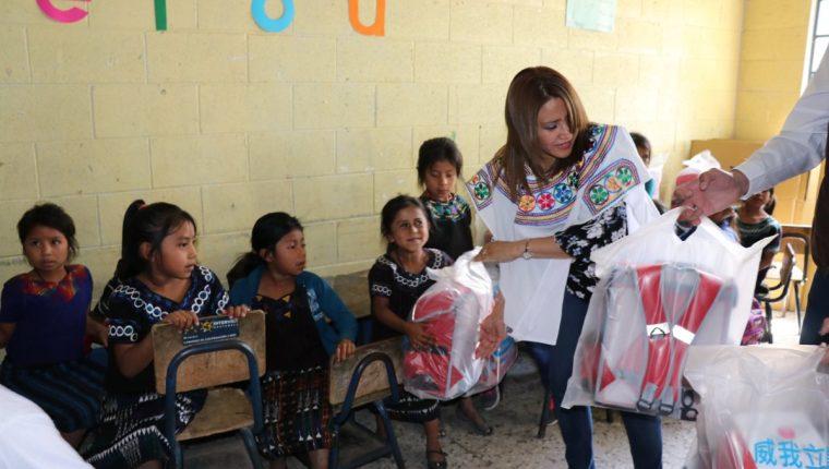 Patricia de Morales, esposa del presidente Jimmy Morales, hace entrega de mochilas a niños de San Juan Los Llanos, Joyabaj. (Foto Prensa Libre: Héctor Cordero).