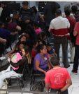 Cientos de guatemaltecos hacen largas filas en el Renap para obtener el certificado de nacimiento. (Foto Prensa Libre: Carlos Hernández Ovalle)