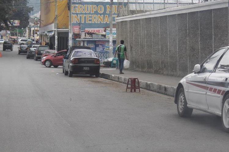 erca de las universidades de Xela es común observar a personas que apartan parqueos para cobrar por estos espacios.