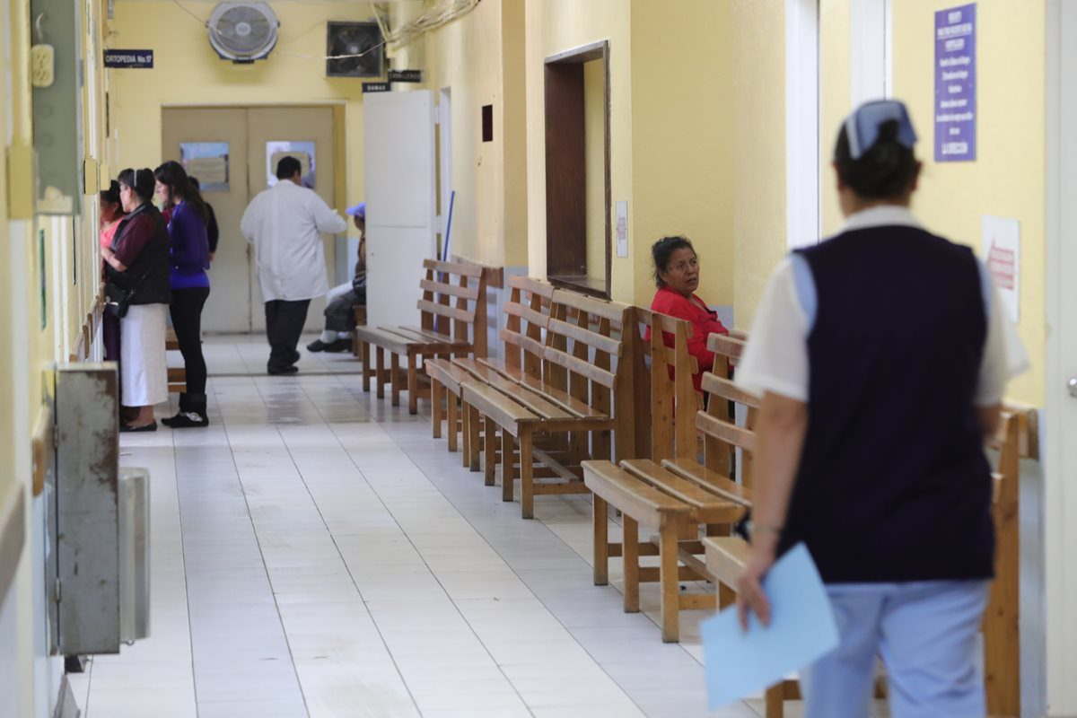 La afluencia de pacientes en la consulta externa del Hospital Roosevelt ha disminuido debido a la restricción de servicio, desde el pasado 13 de agosto. (Foto Prensa Libre: Estuardo Paredes)