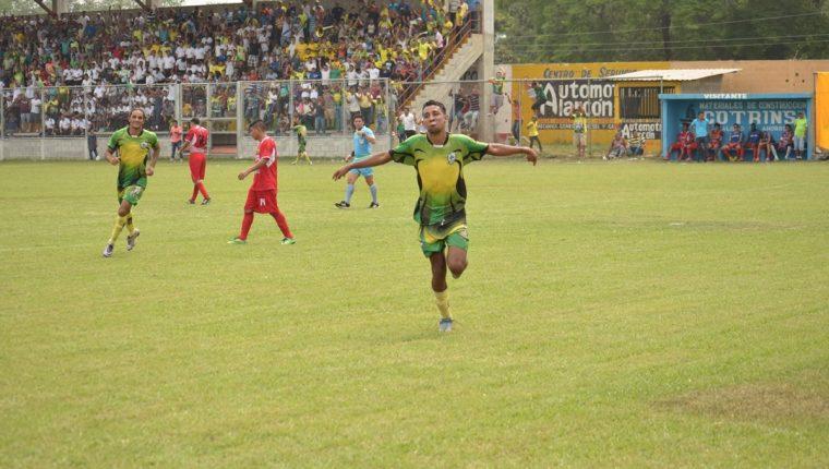 Edwin Villatoro fue el protagonista del duelo de la nueva. (Foto Prensa Libre: Carlos Paredes)