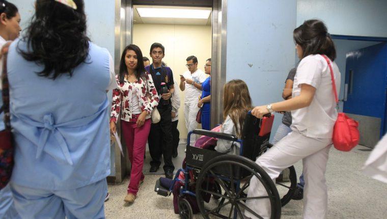 Trabajadores del hospital se quejan de que los elevadores son reparados y a los pocos días están fuera de servicio porque se quedan trabados. (Foto Prensa Libre: Esbin García)