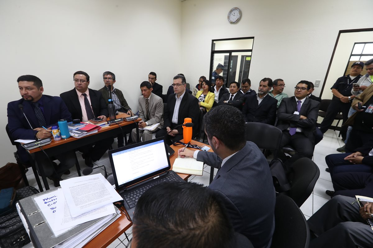 El exalcalde Jorge Rolando Barrientos Pellecer, exconcejales y exsíndicos escuchan la sentencia en el Juzgado de Paz de Turno de Quetzaltenango. (Foto Prensa Libre: Mynor Toc)