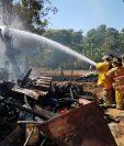 Socorristas apagan incendio registrado en San Jorge, Zacapa. (Foto Prensa Libre: Víctor Gómez)