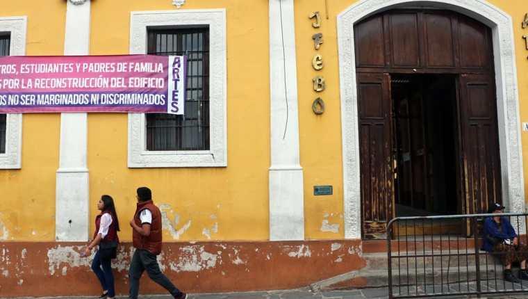 Un año después del sismo, las paredes del Ifebo presentan daños en su infraestructura. (Foto Prensa Libre: Carlos Ventura)