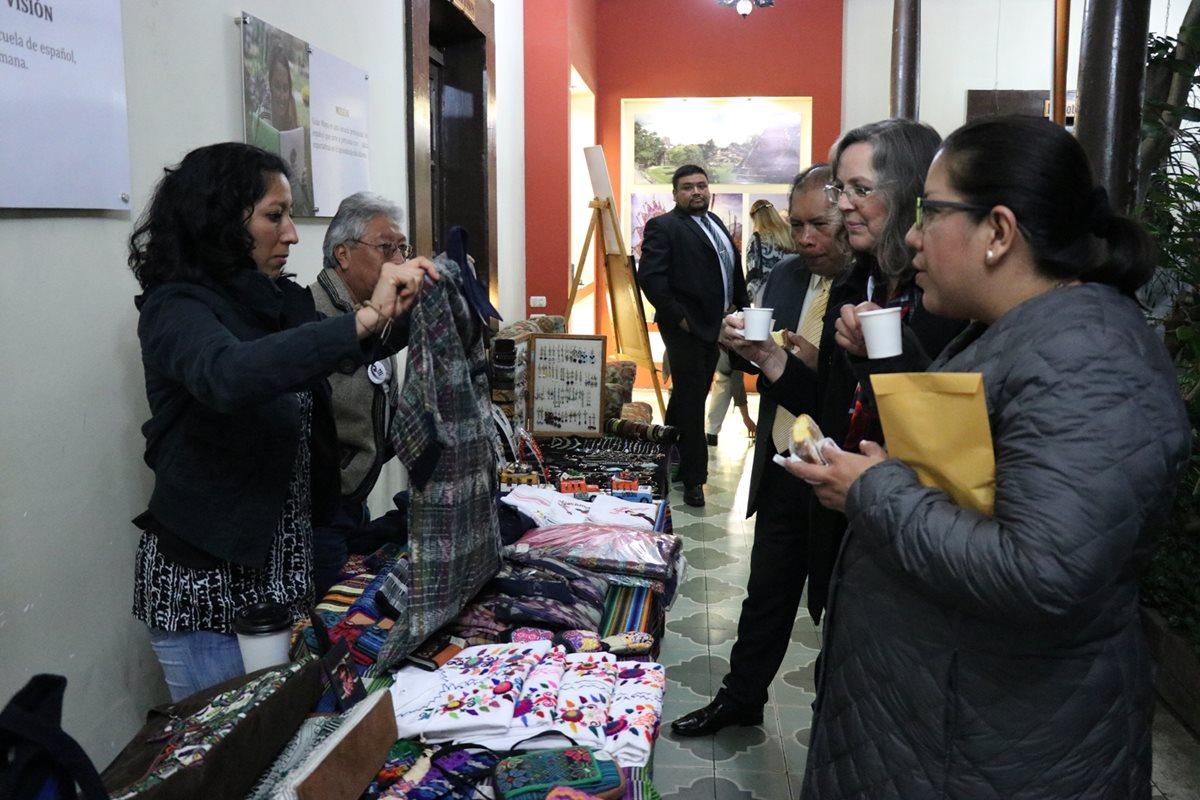 Cónsules observaron y adquirieron artesanías de Quetzaltenango. (Foto Prensa Libre: María Longo)