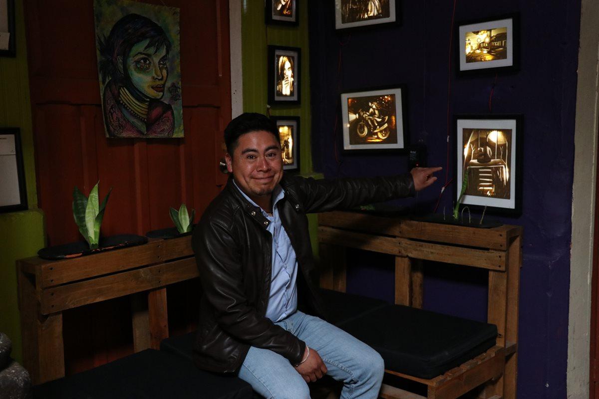 El artista señala su obra El lugar secreto, uno de los cuadros que hizo con cinta adhesiva. (Foto Prensa Libre: María Longo)