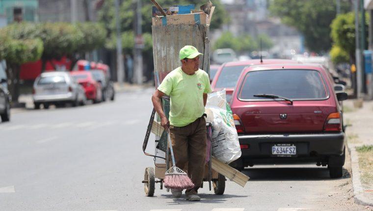 Gran parte de la limpieza de la Ciudad de Guatemala está a cargo de trabajadores del programa Limpia y Verde. (Foto Prensa Libre: Érick Ávila).