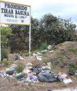 Pese a las prohibiciones, muchos pobladores tiran la basura en áreas urbanas entre Quetzaltenango y San Juan Ostuncalco. (Foto Prensa Libre: María José Longo)