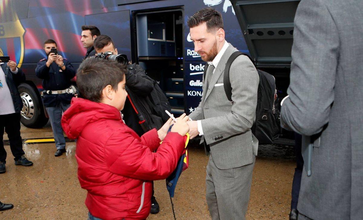 Lionel Messi firma autógrafos en su llegada a Italia donde el Barsa enfrentará al Inter. (Foto FC Barcelona).